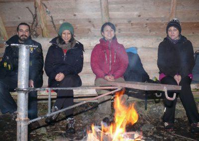 17 Laavu, José, Fadia, Mako ja Minna meditoivat nuotiolla 121117, kuva PR